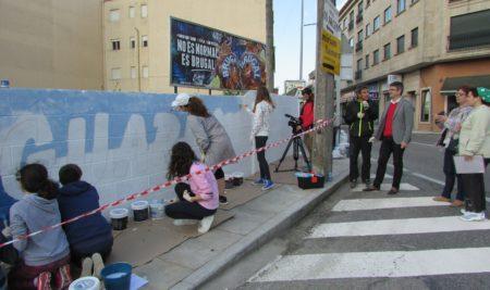 O alumnado de 3º da ESO do IES A Sangriña realiza un mural-grafitti de benvida á Guarda