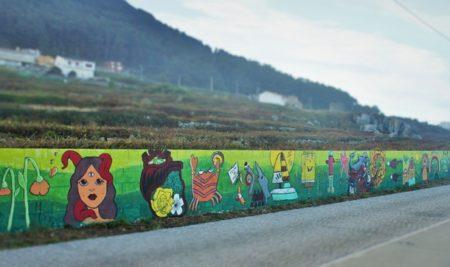 As pinturas realizadas no obradoiro mural organizado pola OMIX xa locen na senda litoral