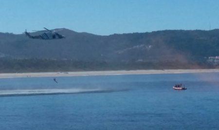 O persoal de socorrismo, o GES e o Pesca realizaron simulacros de rescate na praia do Muíño