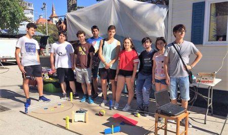 Un grupo de alumnos da Sangriña amosan o seu robot na Alameda durante as Festas do Monte
