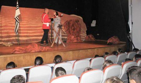 Alumnado da Guarda conmemora o Día Internacional das Nenas coa obra de teatro «O Valo»