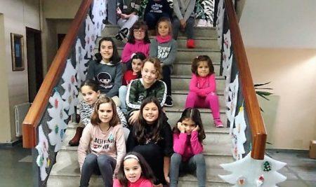 As escaleiras do Concello locen os adornos do primeiro obradoiro infantil «Decora o teu Nadal»