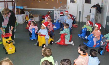 O alcalde e a concelleira de Servizos Sociais entregan novos xoguetes na Escola Infantil