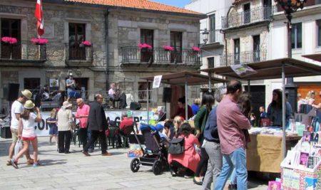 A XI Feira do Libro enche a Praza do Reló con libros, música e actividades lúdicas