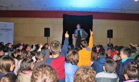 Escolares da Guarda gozan dun espectáculo de maxia na semana das Letras Galegas