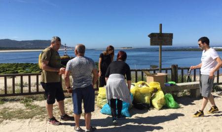 A Guarda participa no proxecto Libera recollendo lixo na Praia do Muíño