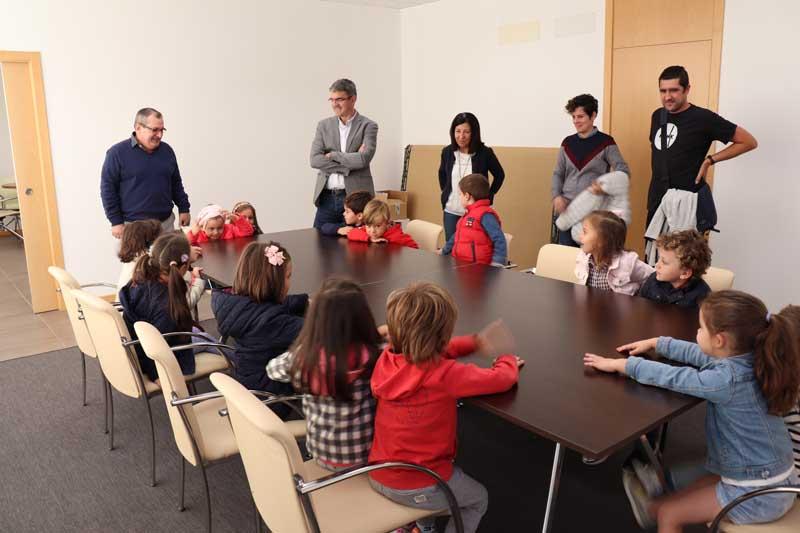 Dende o martes 9 de outubro alumnos dos diferentes centros educativos da vila participan nas Xornadas de Portas Abertas para coñecer o funcionamento e as novas instalacións do Concello da Guarda na Casa dos Alonsos.