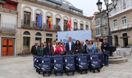 Penúltima entrega de 20 carros de compra na Campaña de Mobilidade «A Guarda, todo moi preto»