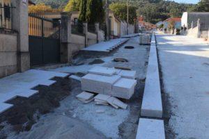 As obras avanzan segundo as previsións iniciais, quedando pendente xa a finalización do enlousado das beirarrúas e a zona de rodadura.