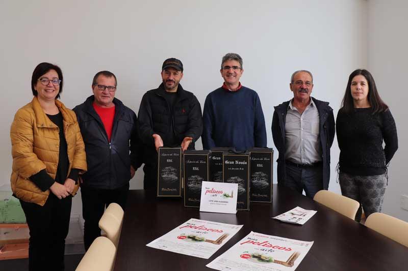 O martes día 4 de decembro realizouse por parte do Alcalde, Antonio Lomba e da Concelleira de Turismo, Montserrat Magallanes, a entrega dos 5 lotes de dúas botellas de viño Albariño da Adega Gran Novás, da D.O. do Rosal aos premiados no sorteo.