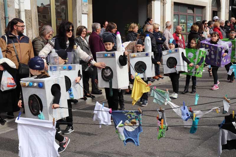 Sobre as 12:00h do mediodía comezaron a desfilar máis dun milleiro de alumnos e alumnas dos diferentes centros educativos dende a Alameda cos seus orixinais e coloridos disfraces, nos que destacaron as conmemoracións dos 125 anos do pintor Miró, as carballeiras, o 125 aniversario de Van Gogh, o 125 aniversario da fundación do C.O.I., encaixados, 50 anos na lúa ou o Cocido Galego e todo isto amenizado pola Charanga Cantos Somos.