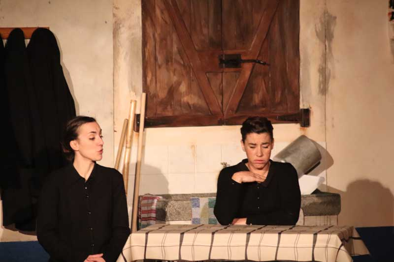 O Centro Cultural da Guarda foi o escenario para a representación teatral de «Bernarda» a cargo da Compañía Malasombra Producións, realizada o pasado venres día 5 de abril, unha obra para a que xa se esgotaran todas as entradas dende varios días atrás.