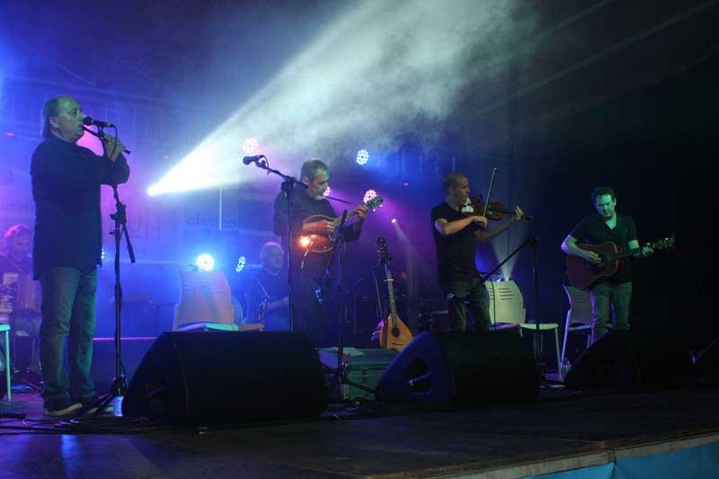 Nesta cuarta edición contouse coas actuacións dos recoñecidos grupos de música Ardentía e Milladoiro, nunha noite excepcional na que acudiron máis de 3000 asistentes para gozar da boa música feita en Galicia nun entorno máxico como é o Castelo de Santa Cruz, declarado Ben de Interese Cultural(BIC).