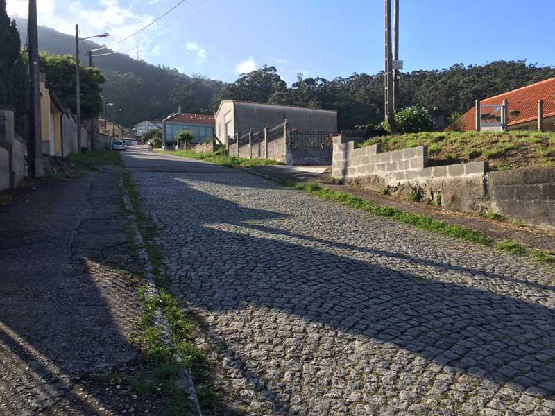 A rúa contará cunhas beirarrúas de enlousado de granito, unha pavimentación de lastros de granito rexuntados con morteiro e unha lousa de granito central acabado abuxardado