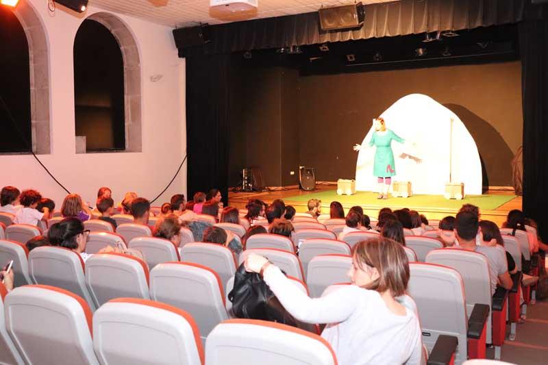 O pasado sábado día 29 de setembro o Centro Cultural da Guarda acolleu a sesión de teatro «Zapatos», contando coa participación de preto dun cento de persoas, pais e nais cos seus fillos e fillas, bebés de entre 1 e 4 anos.
