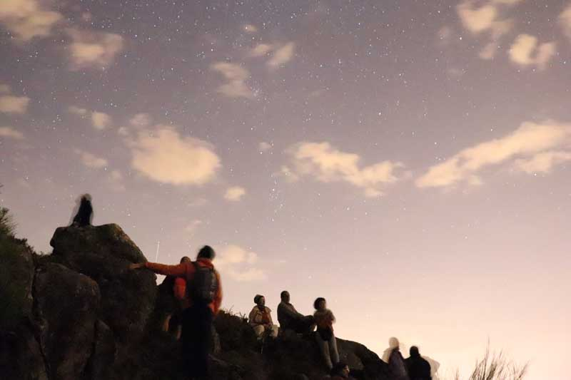 O pasado sábado día 29 de setembro o Concello da Guarda, a través do Departamento de Turismo, organizou unha noite de observación de estrelas dende o alto do Monte Torroso na parroquia de Salcidos que contou coa participación de case un centenar de persoas, actividade enmarcada nas conmemoracións do Día Mundial do Turismo, que se celebrou o pasado 27 de setembro.