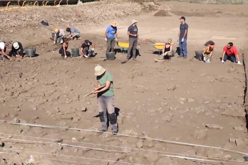 Despois do inicio das escavacións o pasado 24 de setembro, esta semana 8 alumnos das Universidades de Coimbra, Vigo e Santiago incorporáronse aos traballos de escavación arqueolóxica das Salinas do Seixal e de Camposancos, enmarcado no Proxecto «A Guarda, Mar de Sal».