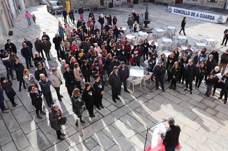 O pasado domingo, con motivo do Día Internacional contra a Violencia de Xénero , congregouse na Praza do Reló un gran número de asistentes para rexeitar publicamente calquera tipo de violencia.