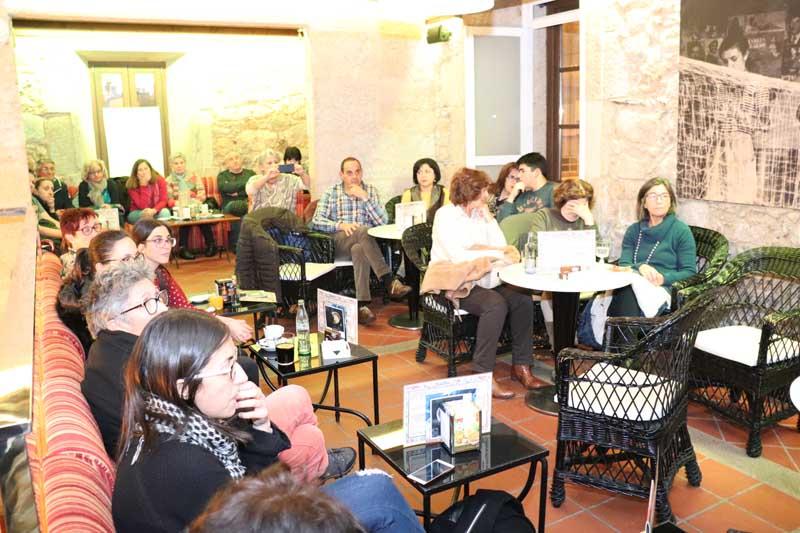 """O ciclo de charlas iniciouse o pasado venres día 23 de novembro cunha charla adicada á igualdade de xénero, impartida por Montse Fajardo, a autora de do libro """"Invisibles"""", contando coa afluencia dunha treintena de asistentes, una barferencia cuns duros e necesarios relatos centrados no maltrato á muller."""
