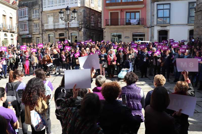 Asociacións, centros educativos, comerciantes, veciñas e veciños da Guarda, así coma membros do Goberno Local, leron manifestos e pronunciaron alegatos a favor do empoderamento feminino.