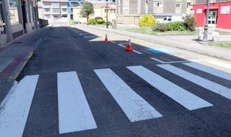 A Guarda mellora a seguridade vial co repintado horizontal en varias rúas do municipio