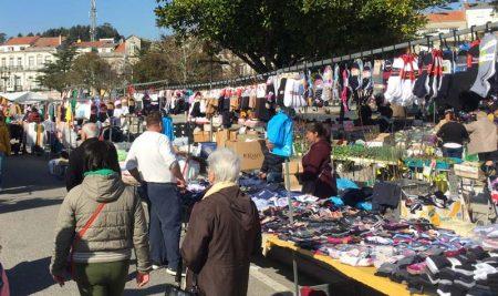O mercadillo dos sábados adiantase esta semana ao venres 30 de abril debido a que o sábado 1 é festivo